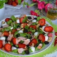 Letnia sałatka z łososiem, truskawkami i miętową nutą