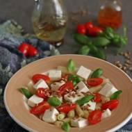 Sałatka z fasolki szparagowej z serem feta, pomidorkami, prażonym słonecznikiem i świeżą bazylią