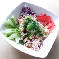 Quinoa z ogórkiem, pomidorem i miętą