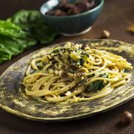 Spaghetti razowe ze szpinakiem, żółtą botwinką, czosnkiem, orzechami laskowymi, niebieskim serem pleśniowym oraz suszonymi figam