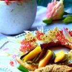 Letnie śniadanie na weekend – bajgiel z serkiem i owocami letnimi
