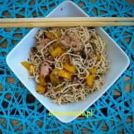 Makaron noodle konjac z tuńczykiem, pastą z suszonych pomidorów i oliwek oraz z papryką