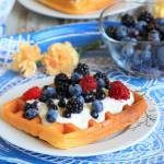 Gofry migdałowe z sosem jogurtowym i owocami leśnymi