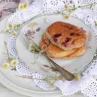 Placuszki z wiśniami i sosem jogurtowym.