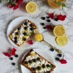 Cytrynowe gofry z lemon curd, bitą śmietaną i borówkami