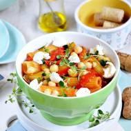 Makaron z warzywami i mozzarellą