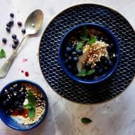 Jogurt z jagodami leśnymi, miodem gryczanym, miętą i ekspandowaną quinoą