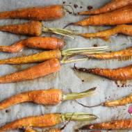 Młode marchewki pieczone z miodem
