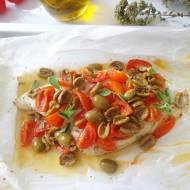 Morszczuk pieczony w pergaminie z pomidorkami i oliwkami (Nasello al cartoccio co pomodorini e olive)