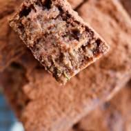 Wegańskie i bezglutenowe czekoladowe ciasto z cukinii