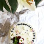 Urodzinowy sernik na zimno z jagodami i sosem lawendowo-dereniowym z jeżynami