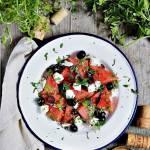 Sałatka z arbuzem, fetą i czarnymi oliwkami