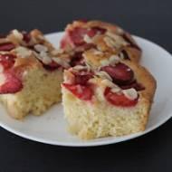 Ciasto ucierane z truskawkami i płatkami migdałowymi