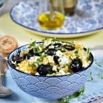 Sałatka z kaszy bulgur z jajkiem, fetą i czarnymi oliwkami