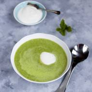 Letnia zupa z zielonego groszku z chrzanową śmietanką