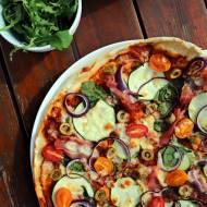 Pyszna pizza z cukinią i szynką Szwarcwaldzką