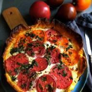 Tarta na cieście francuskim z kozim serem i pomidorami