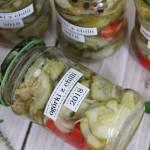 Słodko-pikantne ogórki z chilli i czosnkiem (na zimę do słoików)
