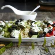 Kritharaki - makaronowa sałatka grecka z sosem jogurtowym