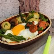 Młode ziemniaki z chorizo, koperkiem i sadzonym jajem