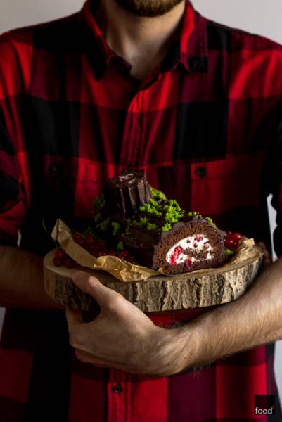 Bûche au chocolat - czekoladowa rolada biszkoptowa z bitą śmietaną i porzeczkami