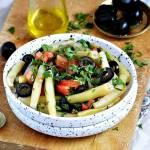 Sałatka z fasolki szparagowej z pomidorem i czarnymi oliwkami