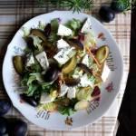 Sałatka z serem pleśniowym i śliwkami