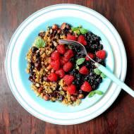 Jaglana granola z owocami lata