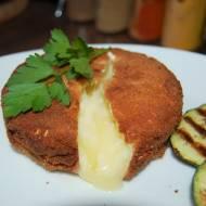 Smażony , panierowany camembert