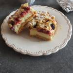Kruche ciasto z malinami i lekką budyniową pianką