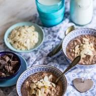Czekoladowy ryż na mleku z posiekaną czekoladą i płatkami migdałów