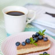 Migdałowy jagielnik z karobem i owocami – wegański deser na zimno bez cukru