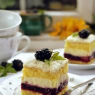 Ciasto z kremem i jeżynami