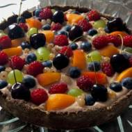 Czekoladowa tarta z kremem i owocami