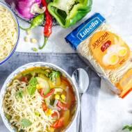 Zupa warzywna z kukurydzą, chili i makaronem nitki