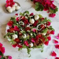 Włoska sałatka z kulkami mozzarelli i płatkami pelargonii
