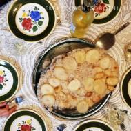 maqloba - palestyńskie danie z kurczakiem, ryżem i warzywami dla dużej rodziny