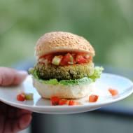Mini burgery z bobu i kaszy jaglanej z salsą