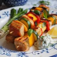 Szaszłyki z łososia z mango i sosem ziołowym. Przepis krok po kroku.