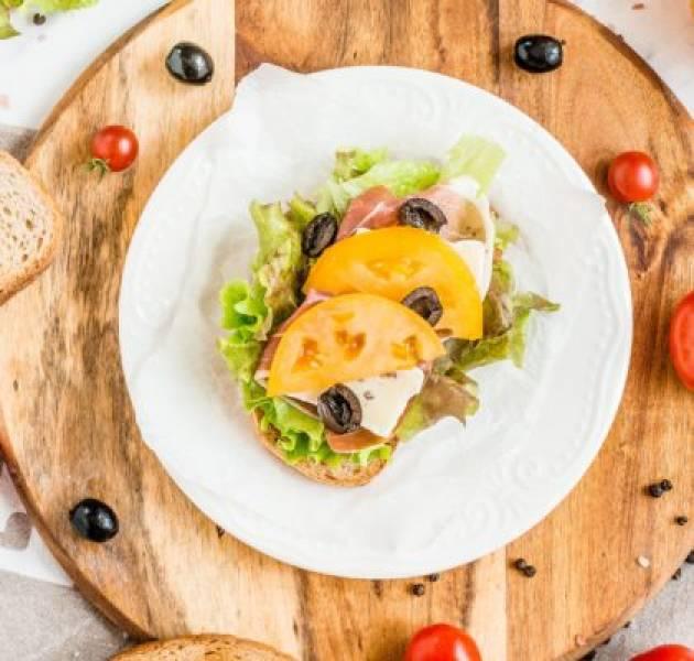 Kanapki z szynką parmeńską, serem brie i dipem koperkowym