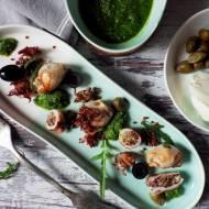 Baby kalmary w rukolowym pesto nadziewane mozzarellą, kaparami i czerwoną quinoą