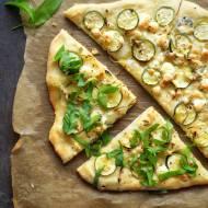 Pizza z cukinią i serem pleśniowym