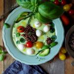 Aksamitny chłodnik ze smaczliwki i rukoli z mini mozzarellą, pomidorkami i quinoą