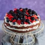 Tort czekoladowy z bitą śmietaną i owocami