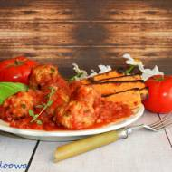 Pieczone klopsiki w ziołowym sosie pomidorowym z awokado i pieczonymi batatami