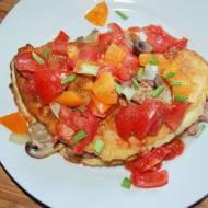 Szybki omlet z pomidorami i pieczarkami