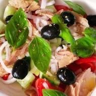 Sałatka z tuńczyka, pomidorów, papryki, ogórka, oliwek i cebuli skropione oliwą oraz limonką