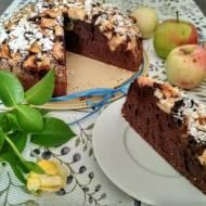 Ciasto kakaowe z jabłkami i płatkami migdałów.
