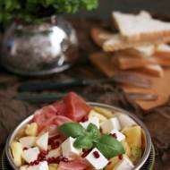 Sałatka z ananasem, gruszką, szynką szwarcwaldzką, fetą i granatem - idealne połączenie smaków