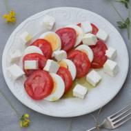 Sałatka z pomidorów, jajek i serka.